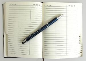 Bild eines Adressbuchs und Stift