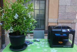 3D-Drucker und Bäumchen mit gedruckten Sternen