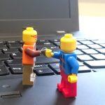 Legomännchen beim Händeschütteln