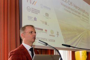 Prof. Dr. Thomas Köhler spricht bei der Auftaktveranstaltung zur Umsetzung des Projekts Videocampus Sachsen ins Mikrofon.