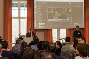 Prof. Dr. Thomas Köhler und Magnus Ksiazek lauschen bei der Auftaktveranstaltung zur Umsetzung des Projekts Videocampus Sachsen einer Frage aus dem Auditorium.