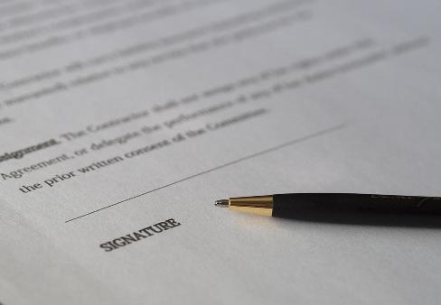 Vertrag und Stift