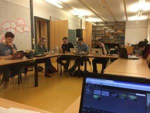 Gruppe von Studierenden arbeiten mit Videoschnitt-Werkzeug